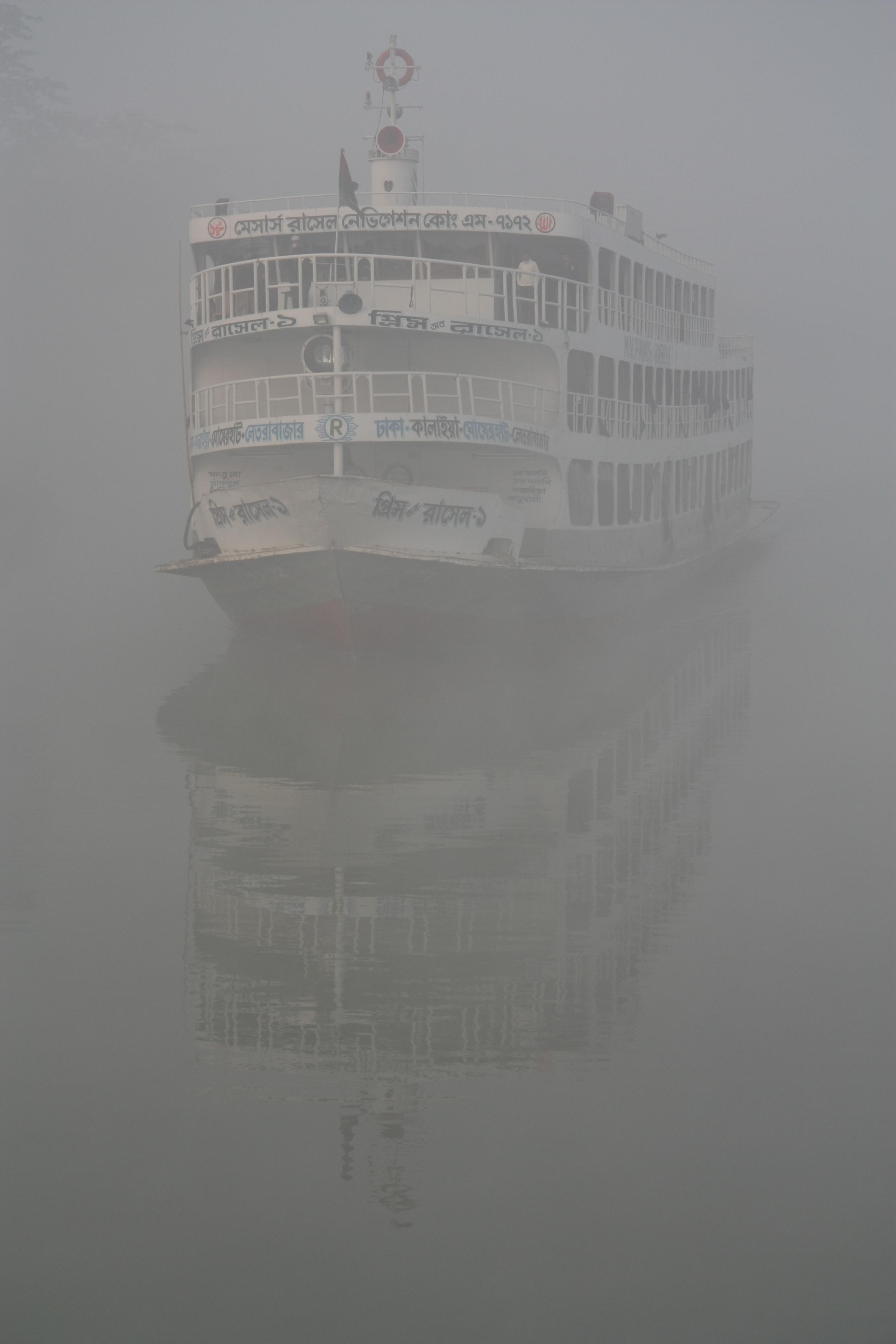 Veerboot in de ochtend mist